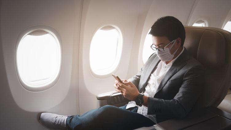 La crise sanitaire a modifié le paysage des voyages d'affaires pour les compagnies aériennes. La Chaire Pégase livre une étude qui souligne que la visioconférence pourrait souvent remplacer le voyage concret. (Illustration) (MONGKOL CHUEWONG / MOMENT RF / GETTY IMAGES)