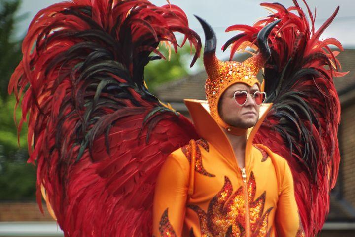 La fameuse tenue de diable orange, à cornes et ailes, que porte l'acteur Taron Egerton dans le biopic sur Elton John Rocketman. (DAVID APPLEBY / GAVIN BOND / PARAMOUNT PICTURES)
