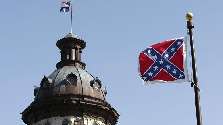 Un drapeau confédéré flotte sur un monument de Columbia, la capitale de la Caroline du Sud, le 4 juillet 2015. (TAMI CHAPPELL / REUTERS)