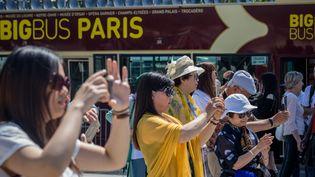 Touristes sur les Champs-Élysées le 16 mai 2017, à Paris. (AURELIEN MORISSARD / MAXPPP)