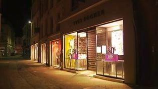 Une vitrine allumée en pleine nuit à Poitiers (Vienne), malgré l'interdiction del'éclairage des bureaux ou des magasins, le 1er juillet 2013. (FRANCETV INFO / FRANCE 2)