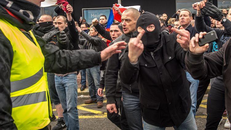 Des manifestants participent à un rassemblement anti-migrants à Calais (Pas-de-Calais), le 6 février 2016, lancé par la branche française du mouvement islamophobe Pegida. (PHILIPPE HUGUEN / AFP)