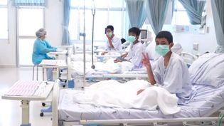 Des enfants secourus de la grotte inondée en Thaïlande posent sur leur lit d'hôpital, le 11 juillet 2018, à Chiang Rai. (GOVERNMENT SPOKESMAN BUREAU / AFP)