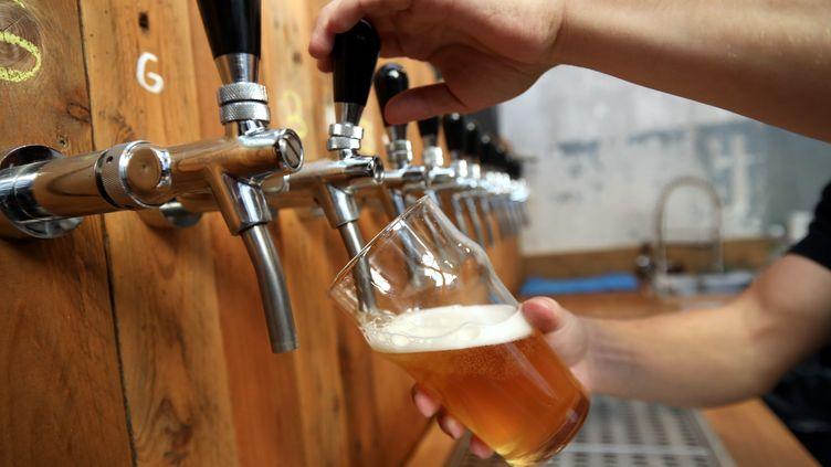 Une bière est servie dans une brasserie à Marseille (Bouches-du-Rhône), le 24 octobre 2018. (VALLAURI NICOLAS / MAXPPP)
