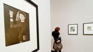 """Dans les allées de l'exposition """"Man Ray Portraits"""" à la National Portrait Gallery de Londres, février 2013.  (Leon Neal / AFP)"""
