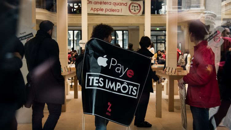 Manifestation d'Attac dans un magasin Apple, à Paris, le 2 décembre 2017. (NNOMAN CADORET / CITIZENSIDE)