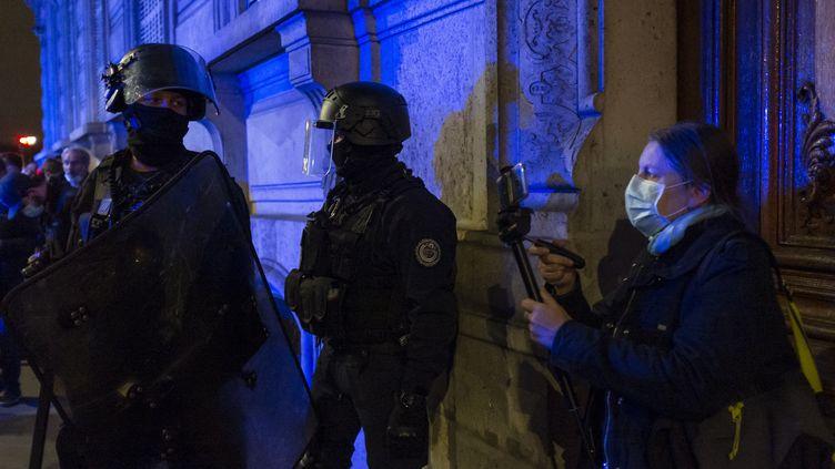 """Une manifestation, contre la proposition de loi """"sécurité globale"""", près de l'Assemblée nationale (Paris), le 17 novembre 2020. (REMI DECOSTER / HANS LUCAS / AFP)"""