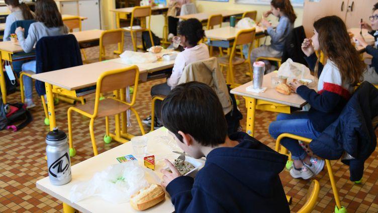 Une classe d'école avec la distanciation sociale (JOSSELIN CLAIR / MAXPPP)