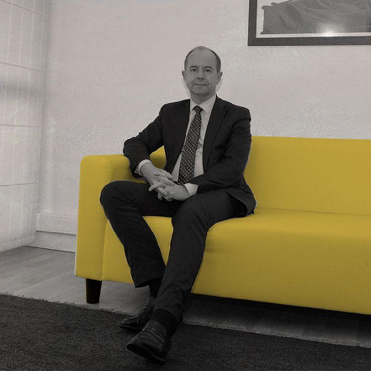 Jean-Jacques Urvoas prend la pose dans sa permanence parlementaire, le 7 février 2016, à Quimper (Finistère). (MAXPPP)