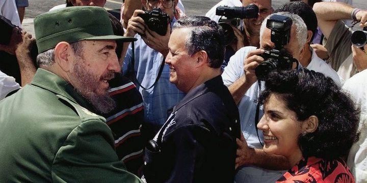 Castro salue des médecins cubains de retour du Nicaragua où ils avaient aidé la population après le passage d'un ouragan. 1999. (ADALBERTO ROQUE / AFP)