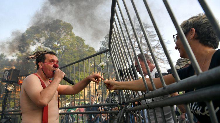 Un clown derrière les grilles, une cérémonie symbolique et ludique pour ouvrir la 21e édition de Chalon dans la rue (KETTY BEYONDAS / MAXPPP)