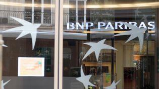 """Vitrine d""""une agence BNP Paribas à Paris, le 11 août 2011. (ERIC PIERMONT / AFP)"""