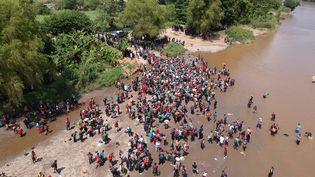 Des migrants traversent la rivièreSuchiateau Guatemala pour se rendre auMexique, le 29 octobre 2018. (CARLOS ALONZO / AFP)