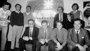 L'équipe dirigeante de Canal+, avec debout au centre Alain de Greef et assis au 1er rang Philippe Ramond, Pierre Lescure, Antoine de Caunes et Michel Denizot en septembre 1984 à Paris. (LAURENT MAOUS / GAMMA-RAPHO / GETTYIMAGES)