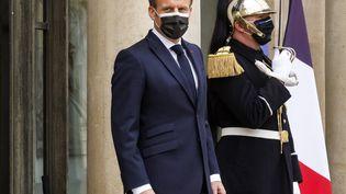 Emmanuel Macron devant l'Elysée, le 9 avril 2021 à Paris. (LUDOVIC MARIN / AFP)