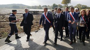 Emmanuel Macron aux cotés d'élus du département de l'Aude le 22 octobre 2018, une semaine après les inondations. (GUILLAUME HORCAJUELO / POOL)