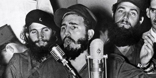 Le leader de la révolution cubaine, Fidel Castro, prononçant un discours en janvier 1959, peu de temps après sa prise du pouvoir, à Cienfuegos, au milieu de ses barbudos. (AFP)