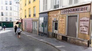 """Le tournage du film de Fred Cavaye """"Adieu Monsieur Haffmann"""", avec Daniel Auteuil, Sara Giraudeau et Gilles Lellouche, a dû être interrompu à cause du confinement. Les décors sont restés et téléportent deux rues de Montmartre (Paris) au temps de l'Occupation. (JACQUES WITT/SIPA)"""