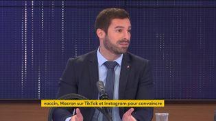 Julien Odoul, porte-parole du Rassemblement national, était l'invité du 8h30 franceinfo mardi 2 août 2021. (FRANCEINFO / RADIOFRANCE)