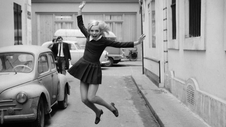 France Gall dans une rue parisienne en 1968 pendant le tournage d'une émission télévisée de Jacqueline Joubert.  (Daniel Lefevre/ INA / AFP)