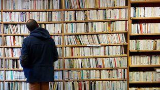 Un client dans une librairie. (DAMIEN MEYER / AFP)