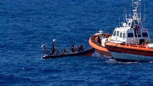 """Les migrants de l'""""Open Arms"""" secourus parun navire de patrouille espagnol, le 20 août 2019. (LOCALTEAM / AFP)"""