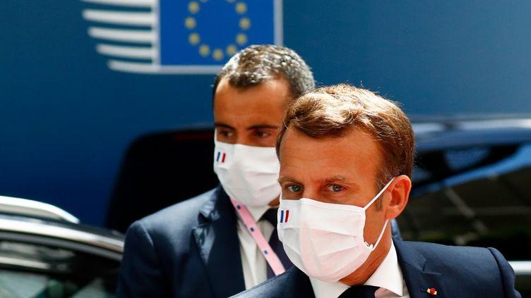 Le président français Emmanuel Macron à son arrivée au sommet européen, à Bruxelles (Belgique), le 20 juillet 2020. (FRANCOIS LENOIR / AFP)