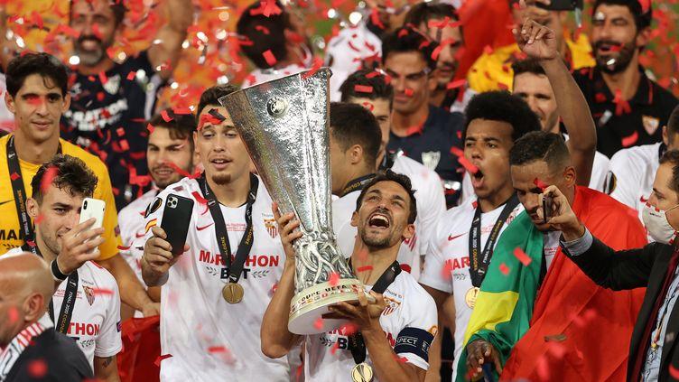 Jesus Navas, déjà vainqueur en 2006 et 2007, soulève sa troisième Ligue Europa. (LARS BARON / POOL)