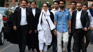 L'avocate indienneDeepika Singh Rajawat (au centre) à la sortie de la Cour Suprême de New Delhi en avril 2018. (SAJJAD HUSSAIN / AFP)