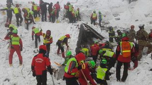 Des secouristes recherchent des survivantsdans l'hôtel Rigopiano, lundi 23 janvier, près de Farindola,dans les Abruzzes (Italie). (CNSAS / AFP)