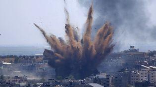 Une explosion dans la ville de Gaza (Palestine), le 13 mai 2021. (HATEM MOUSSA / AP)