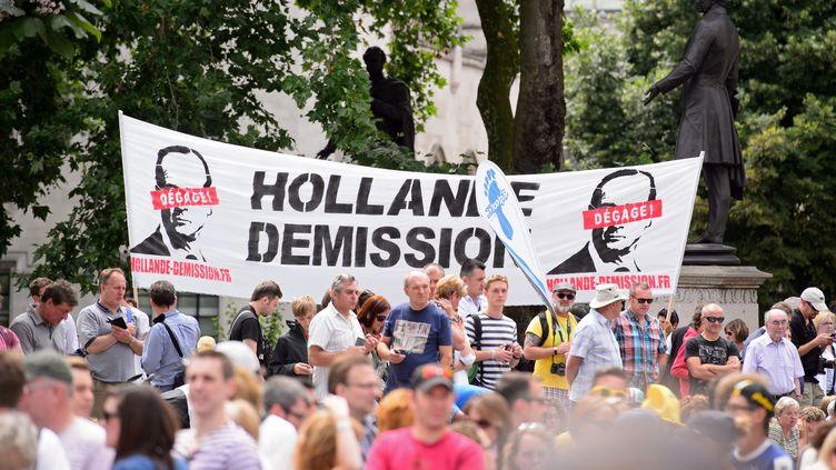 Une banderole du groupe Hollande démission déployée sur le passage du Tour de France, le 7 juillet 2014 en Angleterre. (LEON NEAL / AFP)