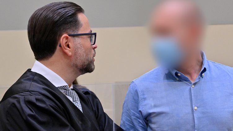 """Le médecin allemand Mark Schmidt (à droite), principal accusé dans l'affaire internationale de dopage sanguin dite """"Aderlass"""" (PETER KNEFFEL / POOL)"""