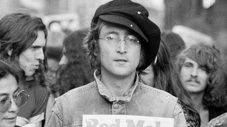 John Lennon lors d'un rassemblement non spécifié à Hyde Park (Londres, Angleterre), en 1975. (ROWLAND SCHERMAN / HULTON ARCHIVE / GETTY)