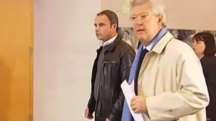 Americo Carneiro (G), à son arrivée au tribunal de Melun (Seine-et-Marne), le 18 mars 2014. (FRANCE 3 / FRANCETV INFO)
