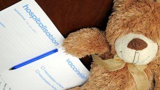 Photo d'illustration présentant une peluche à côté d'une fiche d'hospitalisation, en avril 2011 à Nancy (Meurthe-et-Moselle). (ALEXAMAXPPP)