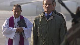 Le ministre de la Défense Gérard Longuet, samedi 31 décembre à l'aéroport de Kaboul, lors de la cérémonie d'hommage aux deux soldats français morts l'avant-veille en Afghanistan. (JOEL SAGET / AFP)