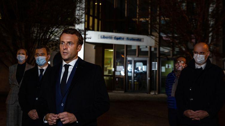 Emmanuel Macron, Gérald Darmanin, Jean-Michel Blanquer à Conflans-Saint-Honorine le 16 octobre 2020 après l'assassinat du professeur Samuel Paty (ABDULMONAM EASSA / POOL)