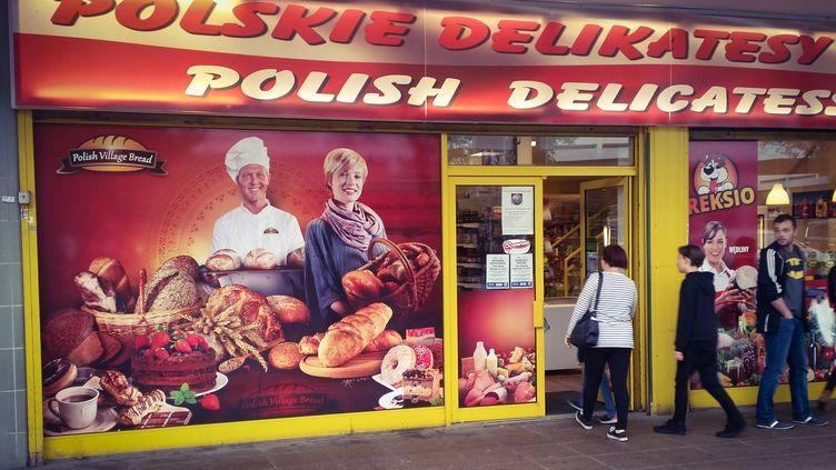 """La ville d'Harlow, à 50 kilomètre au nord de Londres, abrite l'une des plus importantes communautés polonaises du pays, avec ses cafés et ses magasins. Le 27 août dernier, un habitant polonais y a perdu la vie, victimed'une agression """"potentiellement xénophobe"""", selon la police. (RADIO FRANCE / ANTOINE GINIAUX)"""