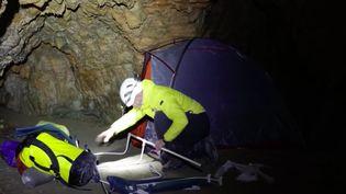 Depuis dix-huitjours, une quinzaine de volontaires sont coupés du monde pour une mission scientifique dans une grotte en Ariège. Leur cycle, soit la période entre laquelle ils se réveillent et se rendorment, est totalement perturbé. (FRANCE 3)