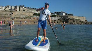 Un CRS surveille la baignade en paddle, le 19 août 2012 à Saint-Malo (Ille-et-Vilaine). (STÉPHANIE BAZYLAK / OUEST FRANCE / MAXPPP)