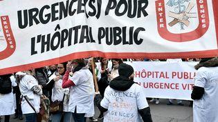 Manifestations de professionnels de santé à Paris, à l'appel du collectif Inter-hôpitaux, le 14 février 2020. (STEPHANE DE SAKUTIN / AFP)