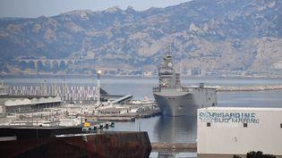 """Des malades du Covid-19 débarquent du porte-hélicoptère """"Tonnerre"""", le 23 mars 2020 à Marseille (Bouches-du-Rhône). (GERARD JULIEN / AFP)"""