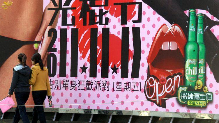 Une affiche publicitaire annonce la journée des célibataires dans la ville de Dalian (est de la Chine), le 9 novembre 2011. (ZHANG WEI / AFP)