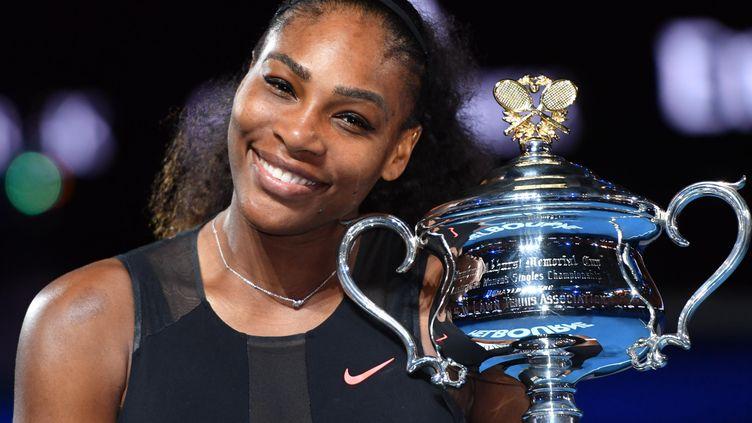 Serena Williams, avec son trophée, après sa victoire en Open d'Australie, le 28 janvier 2017. (MASAHIRO SUGIMOTO / YOMIURI / AFP)