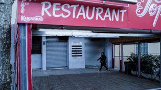 Un restaurant fermé pour cause d'épidémie de Covid-19 à Nice (Alpes-Maritimes). Photo d'illustration. (AFP)