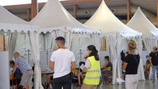 Un centre de vaccination au Parc des expositions de Nîmes (Gard), le 18 août 2021. (GIACOMO ITALIANO / HANS LUCAS / AFP)