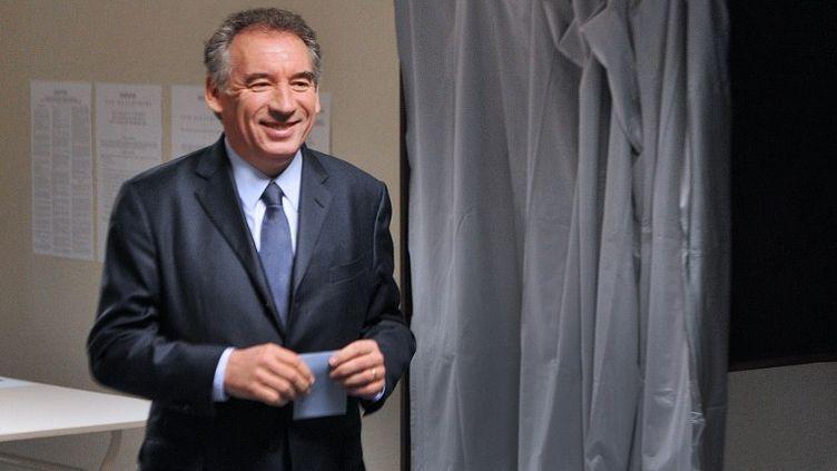 Le candidat du MoDem, François Bayrou, vote à Pau (Pyrénées-Atlantiques), le 22 avril 2012. (PIERRE ANDRIEU / AFP)