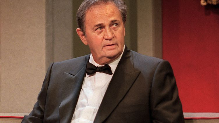 Le comédien Roger Hanin sur la scène du théâtre Marigny, à Paris, le 14 septembre 2001. (MANOOCHER DEGHATI / AFP)