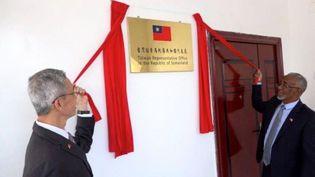 Lou Chen-hwa (G), représentant de Taïwan au Somaliland, et Hagi Mohamoud, ministre des Affaires étrangères somalilandais, ont inauguré le 17 août le Bureau de représentation de Taïwan en république du Somaliland. (Ministère taiwanais des Affaires étrangères)